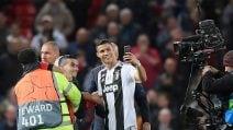 Cristiano Ronaldo fa un selfie con il tifoso invasore di campo