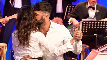 Belen Rodriguez e Fabrizio Corona ballano al Maurizio Costanzo Show