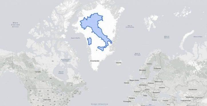 Con la proiezione di Mercatore, la Groenlandia sembra un territorio vastissimo, molto più grande dell'Italia. E invece sovrapponendo i due territori, si scopre che le dimensioni non sono così differenti