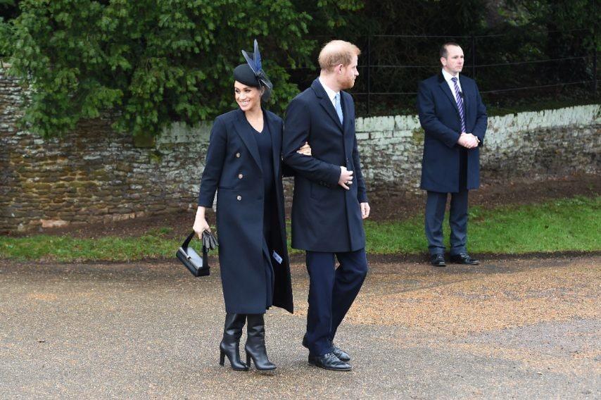 Cappotto Victoria Beckham, borsa Chloe Pixie Bag, cappellino diAwon Golding, stivali Stuart Weitzman