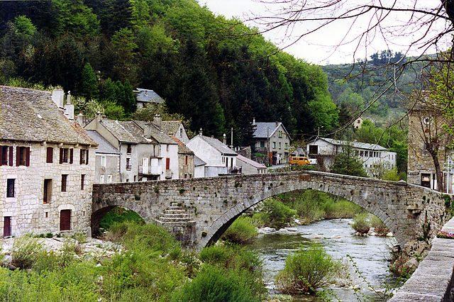 https://it.wikipedia.org/wiki/File:Le_Pont_de_Montvert,_Cevennes.jpg