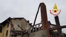 Crolla il tetto di una casa a Briosco, in Brianza: le immagini