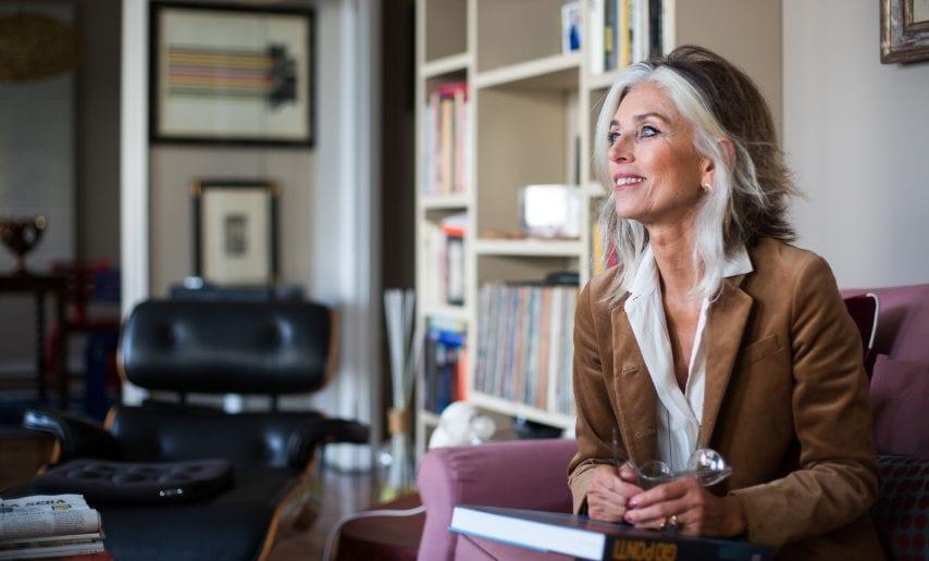 Paola Marella nel salotto della sua casa milanese. Sulla sfondo la poltrona Armchair degli Eames