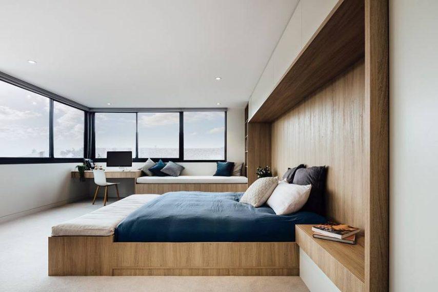 Quando c'è spazio si può pensare ad una grande testata come quella della foto che copre la superficie del letto e raggiunge quasi il pavimento. In questo caso si possono sfruttare i due ripiani che sono stati creati per l'archiviazione, sia nella parte superiore che in quella inferiore.