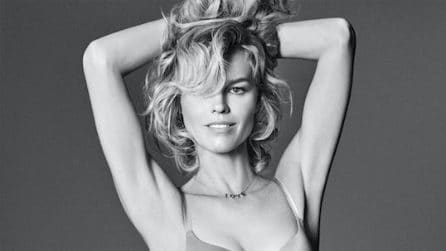 Eva Herzigova in intimo a 45 anni