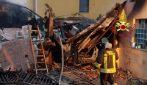 Incendio a Bollate: le fiamme distruggono un magazzino e delle auto e sfiorano una casa
