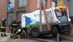 Cede una grata sul marciapiedi a Seregno: camion delle pulizie rischia di sprofondare