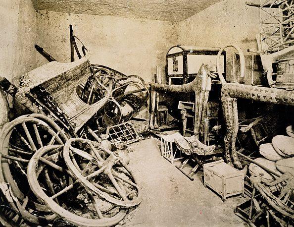 L'anticamera della tomba del faraone bambino come apparve agli archeologi all'apertura dei sigilli, nel novembre 1922.