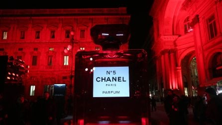 Milano, piazza della Scala si tinge di rosso grazie a Chanel
