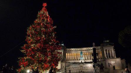 """Roma, acceso l'albero di Natale 2018: """"Spelacchio si è rimesso in forma!"""""""