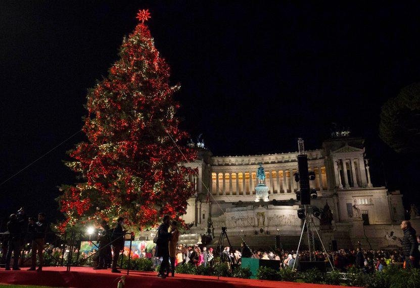 Albero Di Natale Roma.Roma Acceso L Albero Di Natale 2018 Spelacchio Si E
