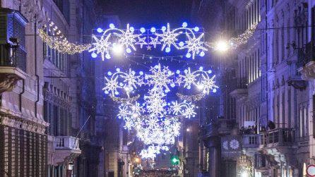 Roma si accende: fiocchi di neve, stelle e sfere nelle luminarie di via del Corso