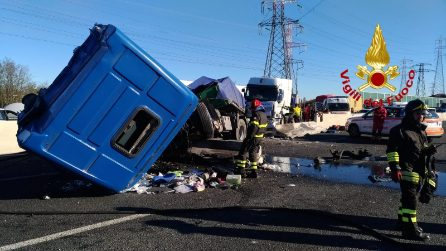 Maxi incidente sull'Autostrada A8 alla barriera di Milano: tir sfonda il guard rail, sei feriti