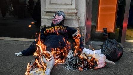 Milano, studenti per le strade del centro contro il governo: bruciato pupazzo col volto di Salvini