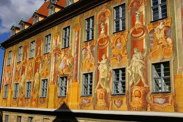 https://it.wikipedia.org/wiki/File:Bamberg-Rathaus-Fassadenmalerei.JPG