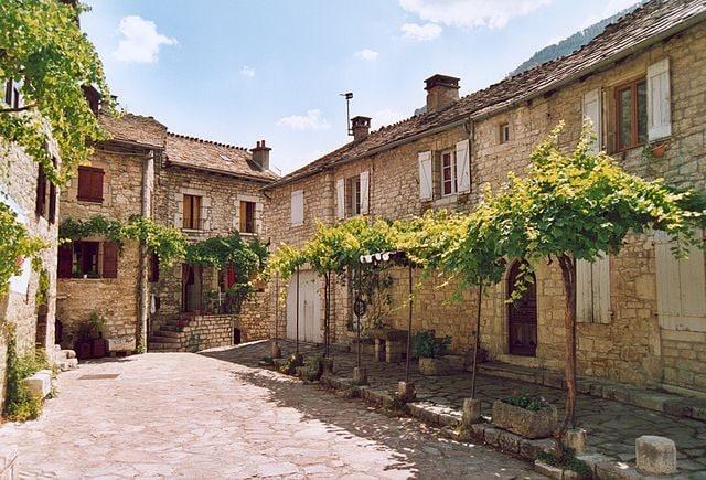 https://fr.m.wikipedia.org/wiki/Fichier:France_Lozere_Sainte-Enimie_02.jpg