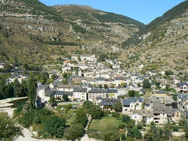 https://commons.wikimedia.org/wiki/File:France_Loz%C3%A8re_Sainte-Enimie_Vue_g%C3%A9n%C3%A9rale_1.jpg