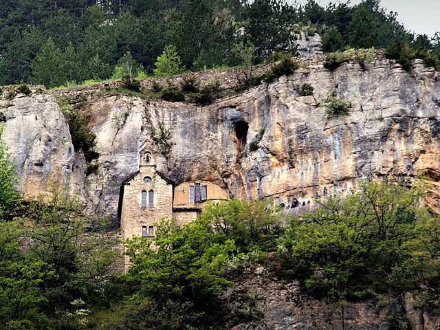 https://commons.wikimedia.org/wiki/File:Sainte-Enimie_ermitage.jpg