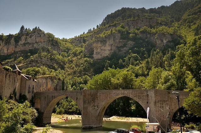 https://fr.wikipedia.org/wiki/Fichier:St_%C3%A9nimie_pont_sur_le_Tarn.jpg