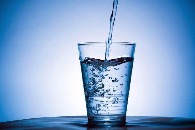 Acqua: fondamentale in tutte le diete, è importantissima per depurare il fegato dopo gli eccessi delle feste.