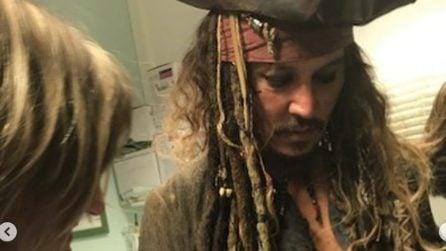 Johnny Depp fa visita ai bambini malati di tumore: ecco il Jack Sparrow dal cuore d'oro