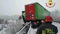 Macerata, camion resta in bilico sul viadotto della superstrada