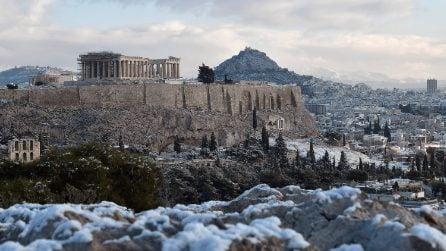Cartolina da Atene: l'acropoli imbiancata dalla neve
