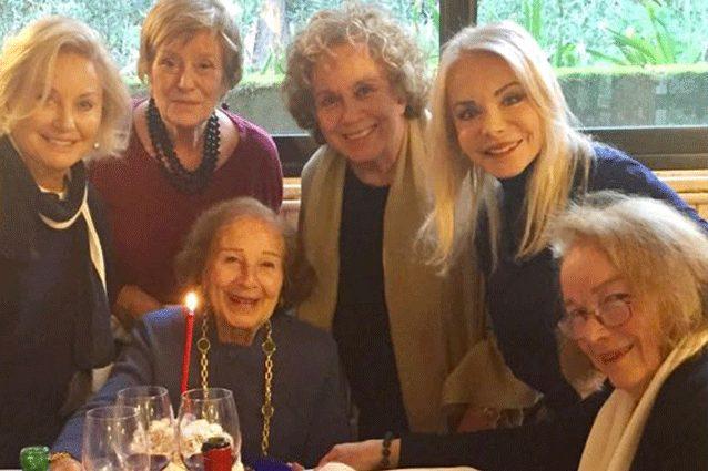 Da sinistra a destra, ci sono Gabriella Farinon, che ha presentato anche Sanremo per tre edizioni,Aba Cercato, che ha lavorato dal 1959 al 1983. A seguire, subito alla sinistra della splendida Orsomando c'è proprio Rosanna Vaudetti, proprietaria dello scatto, seguita dalla mitica Maria Giovanna Elmi e da Paola Perissi, che ha fatto la conduttrice e annunciatrice dal 1979 fino al 2000.
