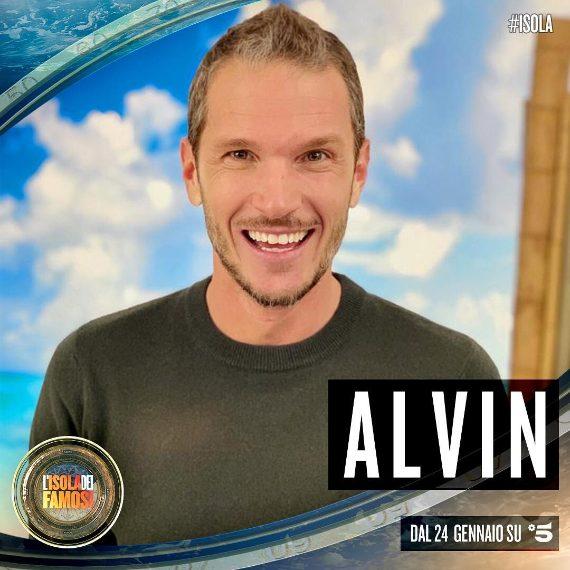 """Inizialmente è stato indicato come concorrente, ma era uno scherzo: Alvin sarà l'inviato all'insaputa dei concorrenti, che dovrà """"spiare"""" raccogliendo informazioni prima di svelare il suo vero ruolo"""