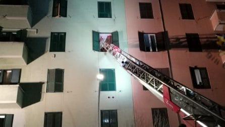 Colta da un malore donna in sovrappeso è soccorsa dai vigili del fuoco che la calano dalla finestra