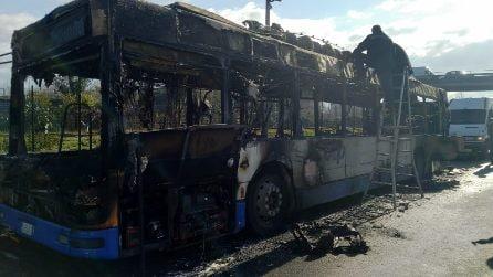 Acerra, perde gasolio e va in fiamme: autobus Ctp distrutto