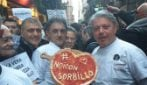 Napoli, i pizzaioli manifestano all'esterno della pizzeria Sorbillo dopo la bomba