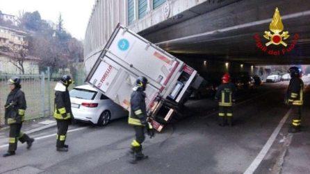 Ponte troppo basso, tir rimane incastrato sotto cavalcavia dell'autostrada
