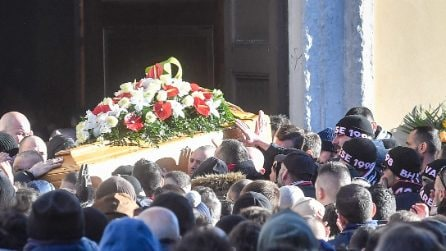 Varese, folla ai funerali di Daniele Belardinelli: gli amici ultras salutano l'amico Dede