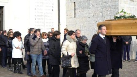 Omicidio Stefania Crotti, folla a Gorlago ai funerali della donna uccisa dall'ex amante del marito