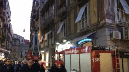 Napoli, cadono calcinacci da un palazzo di via Chiaia