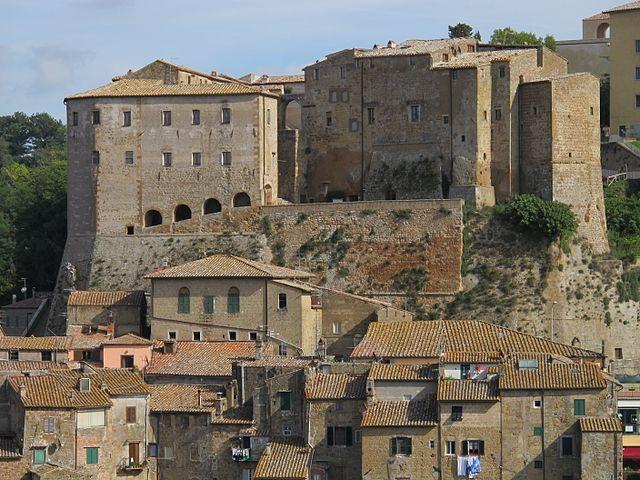 https://commons.wikimedia.org/wiki/File:Fortezza_Orsini_(Sorano)_10.JPG