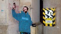 Roma, l'opera dello street artist Sirante contro Salvini e la legge sulla legittima difesa