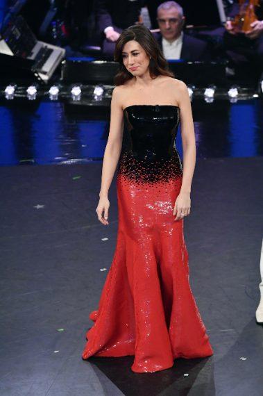 Bellissima e super sexy nel suo abito di paillettes nero e rosso alla Jessica Rabbit. VOTO 8