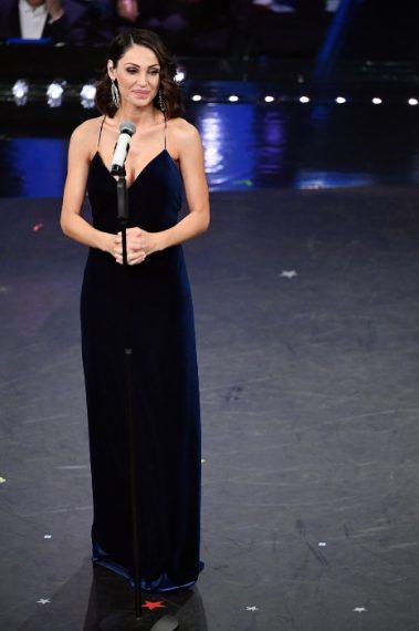Scollatura mozzafiato per la cantante che sale sul palco con un elegante abito blu in velluto. VOTO 7 e 1/2