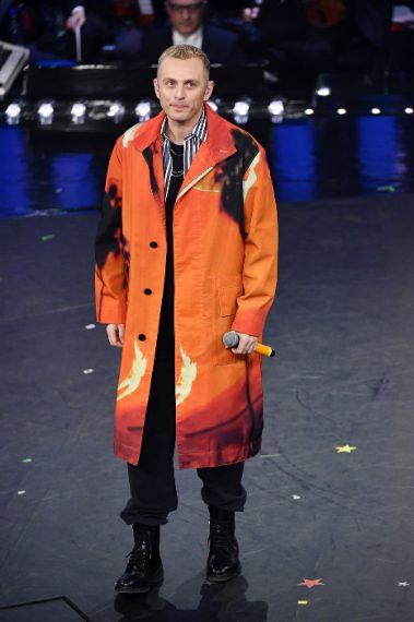Qualcuno odia i suoi cappotti, noi li amiamo. Questa sera un tocco di colore con il look arancio e stampe paint. Sempre più cool VOTO 8