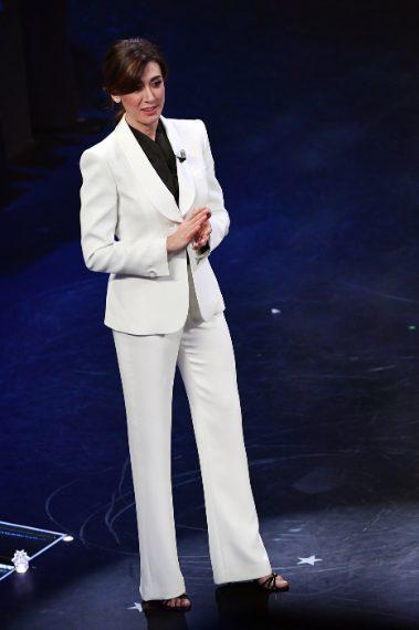 Anche Virginia non resiste alla moda dell'abito maschile e indossa un elegante completo bianco dalle spalle pronunciate in stile anni'80. Mooolto elegante. VOTO 8