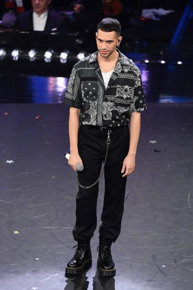 Sì è decisamente lui uno dei più fashion di questa edizione. Mahmood chiude in bellezza con camicia fantasia e pantaloni over. VOTO 8 e 1/2