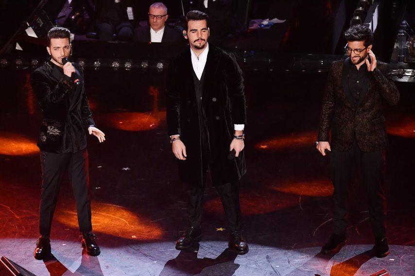Questa sera dobbiamo bocciare il look dei tre tenori che sul palco appaiono con outfit troppo pomposi ed eccessivi per la loro giovane età. O troppo casual (come nella scorsa puntata) o troppo eleganti e barocchi come nella finale, una via di mezzo no? VOTO 5