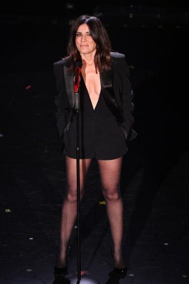 La cantante sale sul palco con short corti, body super scollato e giacca maschile oversize con rever in satin. Look impeccabile, senza dubbio è le i la meglio vestita del Festival VOTO 9