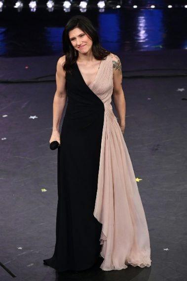 La cantante bella e soave nel suo abito bicolore in nero e cipria. Promossa! VOTO 7 e 1/2