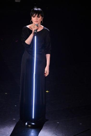 La cantante con abito tunica in total black. Minimal, elegante e raffinata. Ci piace anche l'orecchino maxi e l'unghia laccata. VOTO 7 e 1/2