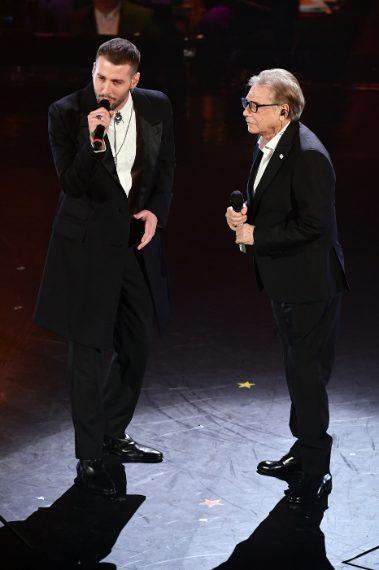 Sempre in nero Livio Cori, proprio come il suo compagno di duetto. Sorvoliamo sul colore scuro, ma perché la giacca lunga di Cori? Non sarebbe stato meglio un bel tuxedo della lunghezza normale. VOTO 5