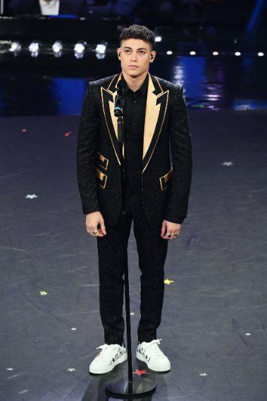 Lui giovane, fresco, canta una canzone carina e orecchiabile. La sua giacca pesante ed eccessiva. VOTO 5