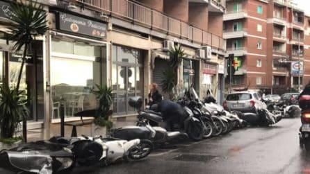 Napoli, bufera di vento al Vomero: calcinacci sulle auto e cartelli abbattuti